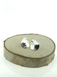Zilveren oorstekers ovaal en bewerkt