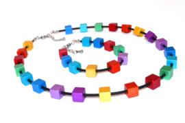 Handgemaakt multi collier met vierkante blokjes op rubber