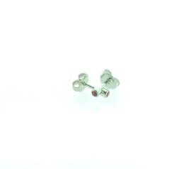 Edelstalen zweerknopjes, rode steen zilver-kleurig 'klein'