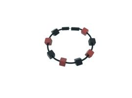 Handgemaakt zwart / rood armband met vierkante blokjes op rubber