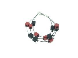 Handgemaakt zwart / rood armband met vierkante blokjes op nylon