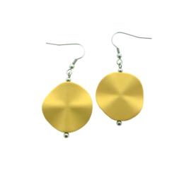 Handgemaakte oorhangers met kunsthars kraal goud/geel