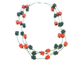 Handgemaakt zwart / rood collier met vierkante blokjes op nylon