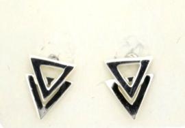 Zilveren oorbel met twee driehoeken