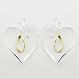 zilveren oorhangers: hart met vergulde hanger