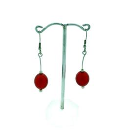 Rode hangoorbellen met een ovale kraal