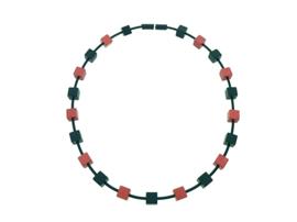 Handgemaakt zwart / rood collier met vierkante blokjes op rubber