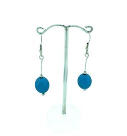 Lichtblauwe hangoorbellen met een ovale kraal