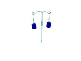 Donkerblauwe hangoorbellen met een cilinder