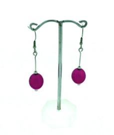 Roze / paarse hangoorbellen met een ovale kraal