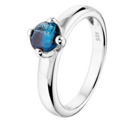 Zilveren ring synth. blauw topaas chaton
