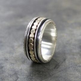 Ring met platte balletjes in verschillende kleur elementen