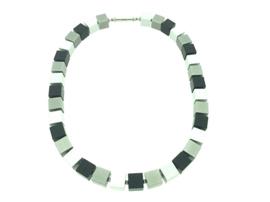 Hangemaakt zwart / grijs collier met vierkante blokjes