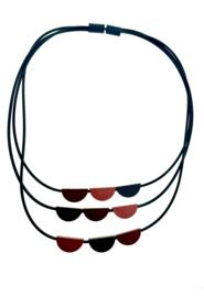 Tjongejonge collier drie strengen roodtinten