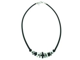 Handgemaakt zwart / grijs en zilver-kleurig collier met schijfjes op rubber
