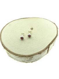 Zilveren oorstekers rood koraal versierd