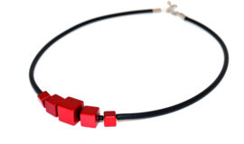Handgemaakt rood collier met vierkante blokjes op rubber