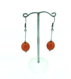 Oranje hangoorbellen met een ovale kraal