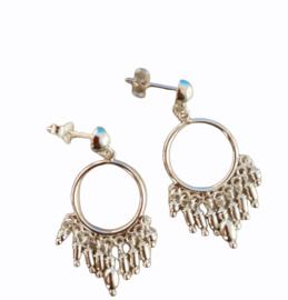 Zilveren oorhangers versiering