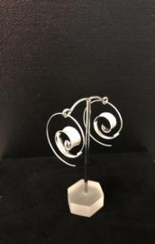 Spiraalvormige oorringen met gematteerd zilver