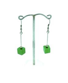 Groene hangoorbellen met een vierkant blokje