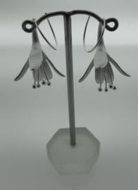 Zilveren oorhangers met bloem