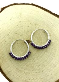Zilveren oorringen met paarse steentjes