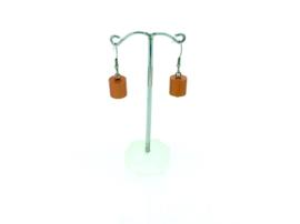 Oranje hangoorbellen met een cilinder
