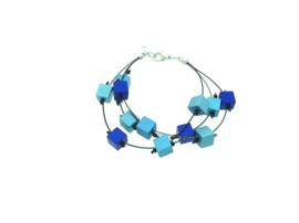Handgemaakt blauw armband met vierkante blokjes op nylon