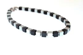 Hangemaakte collier geblokt zwart/zilver
