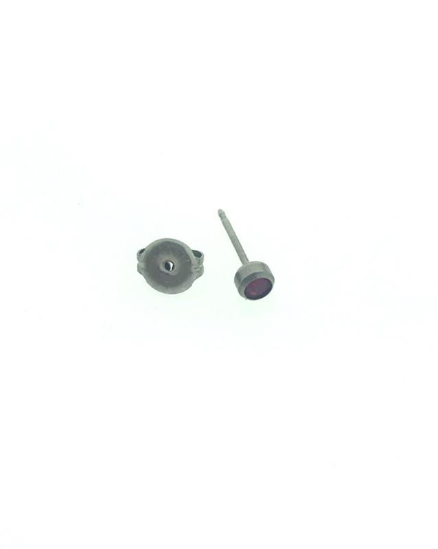 Zweerknopjes titanium rood steentje