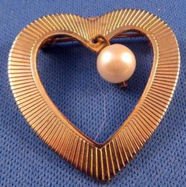 Goudkleurige hart broche met faux parel
