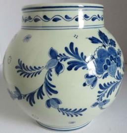 Ram Arnhem vaas met blauw gedecoreerde florale afbeeldingen.