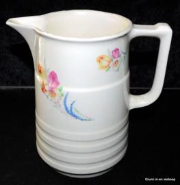 Mosa schenkkan / melkkan voorzien van florale bloemetjes motieven.