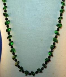 Groen met zwarte kralen ketting
