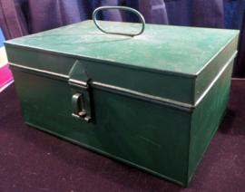 Oude brocante groene metalen kist