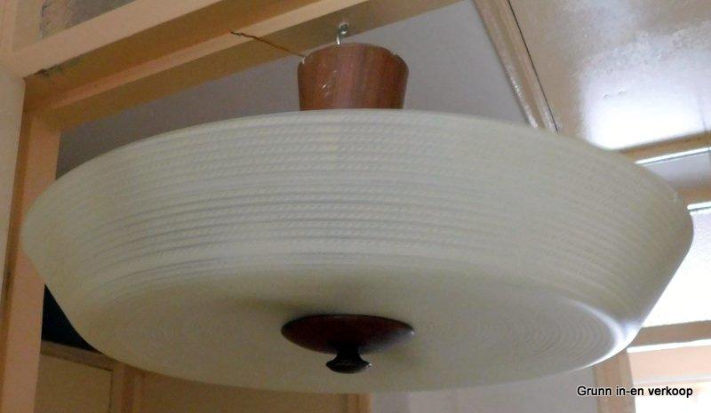 vintage plafondlamp teak hout met bewerkt melkglas