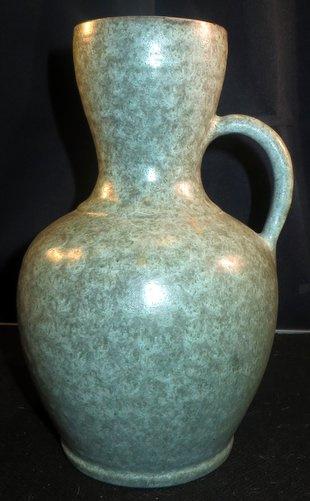 Grote vormgegeven aardewerk vaas, mogelijk Mobach