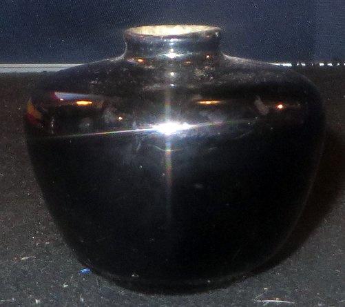 Zeer kleine zwart geglazuurde miniatuur aardewerk ADCO vaasje.