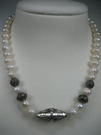 Parels collier met zilver sluiting met zilver stukken