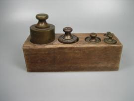 Antieke gewichten blok met 5 antieke bronzen koperen gewichten met antiek keuren
