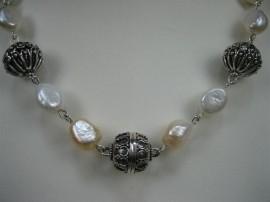 Parels collier met zilveren tussen stukken en zilver slot