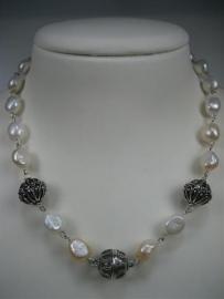 Parel collier met diversen zilver stukken nieuw