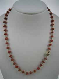 Antiek Bloedkoralen collier met 14krt. goud slot en op 14krt. goud draad geschakeld