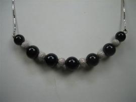 Onix collier met gediamanteerde zilver stukken