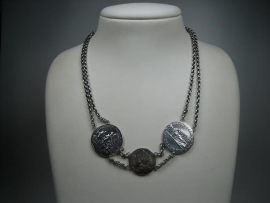 Antiek zilveren Georgius collier met 3 zilveren muntpenningen