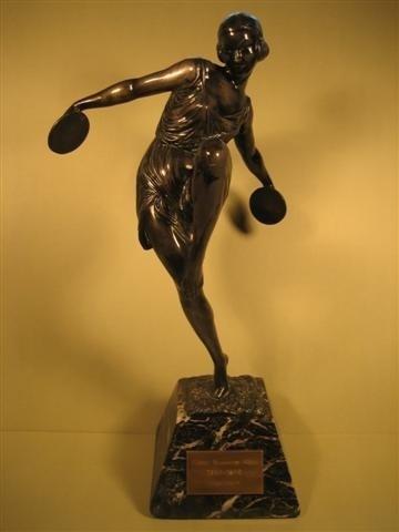 Sculptuur Sportvrouw aan het Discuswerpen