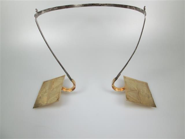 Antieke Oorijzer met Gouden Stikken Zuid-Beveland 1814-1953