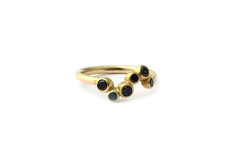 Ring met zwarte diamanten.