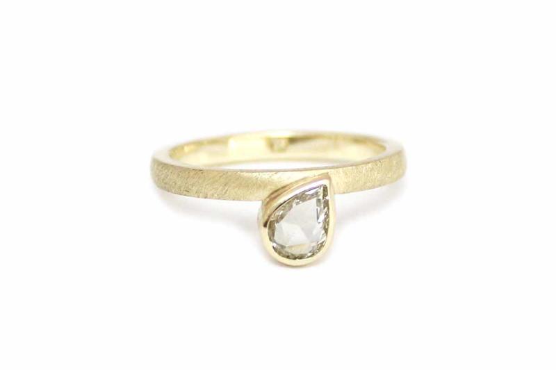 Ring met druppelvormige vintage diamant